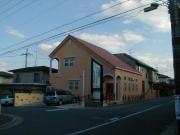 赤い土の瓦、コテむらの壁、スカンジナビアの木製扉、木造自然素材の家
